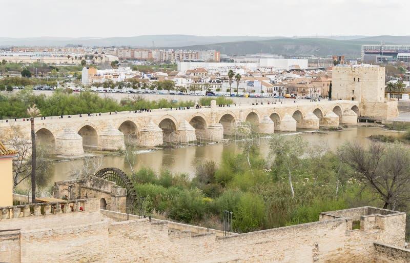 Roman brug van Cordoba over de rivier Guadalquivir, Spanje stock afbeelding