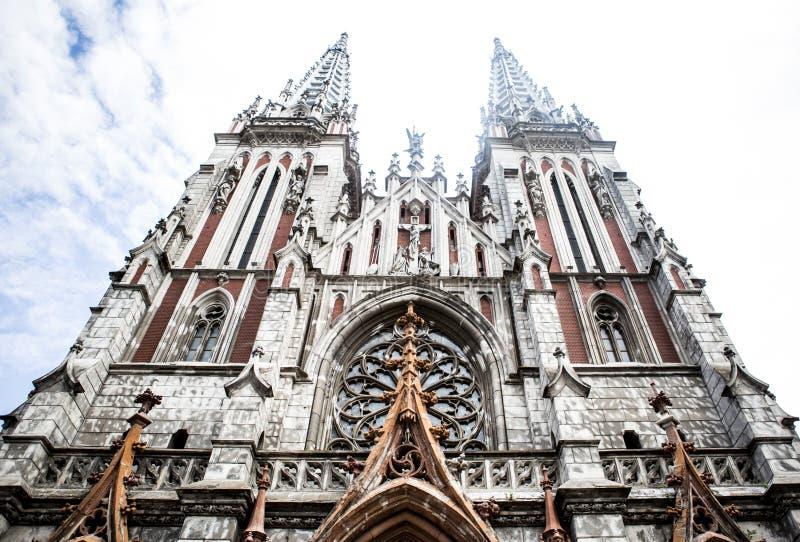 Roman Catholic-Kirche Kirche von Sankt Nikolaus in Kiew Gotische Kirche mit spitzen Türmen stockbilder