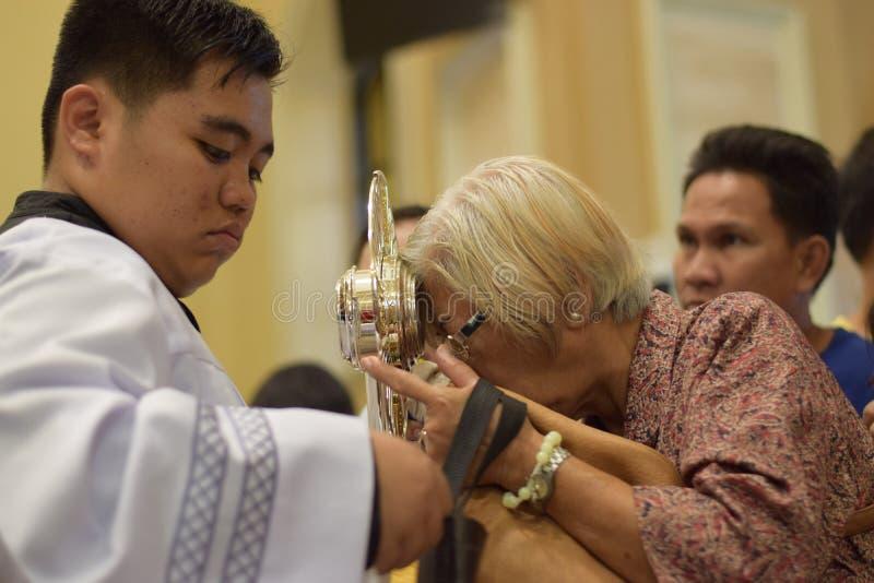 Roman Catholic Women wordt gegeven zeldzame kans om Heilige Monstrans tijdens een stadsfestiviteit te kussen royalty-vrije stock fotografie