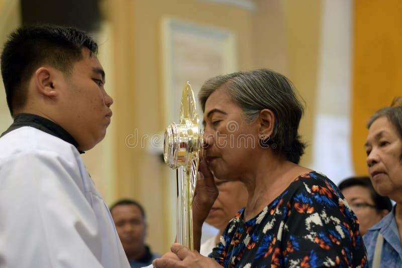 Roman Catholic Women wordt gegeven zeldzame kans om Heilige Monstrans tijdens een stadsfestiviteit te kussen stock foto