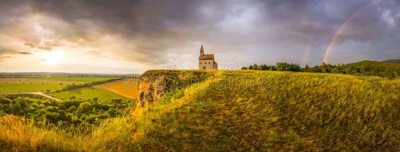 Roman Church idoso no por do sol em Drazovce, Eslováquia imagem de stock