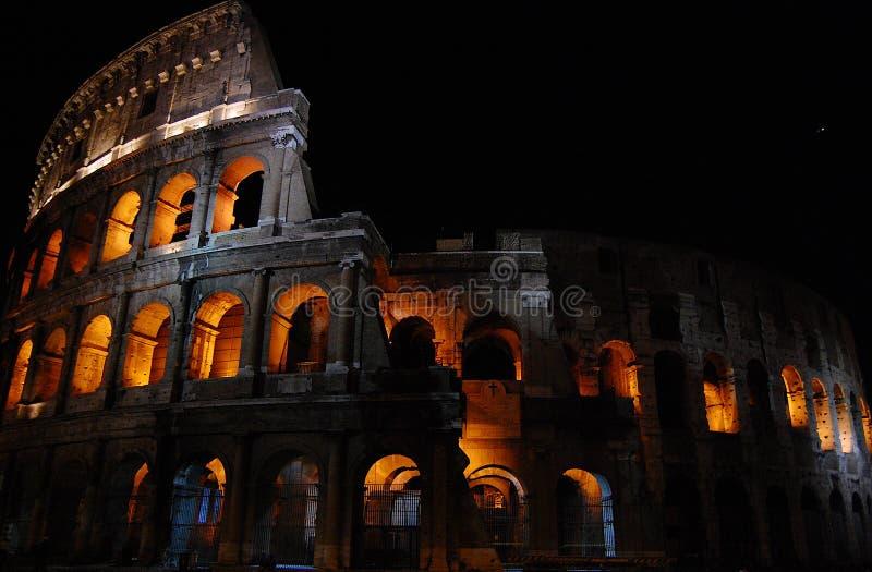 Roman Coliseum la nuit photographie stock libre de droits