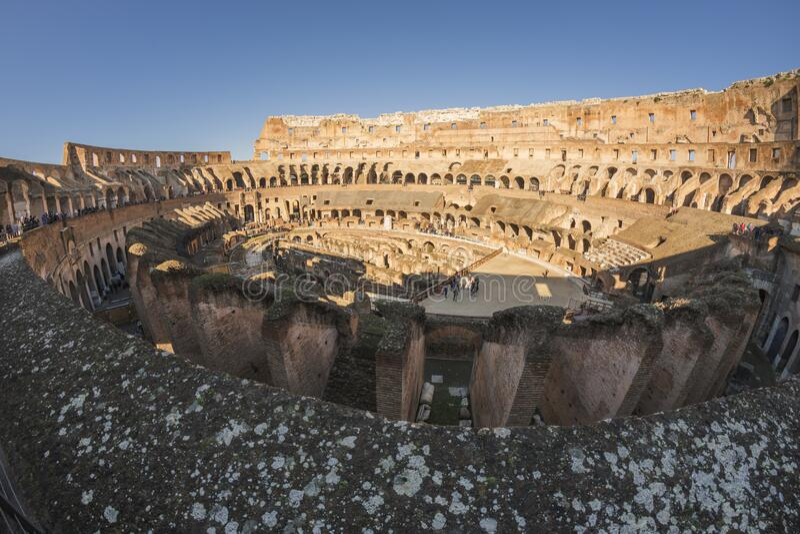 Roman Coliseum med turister royaltyfri bild
