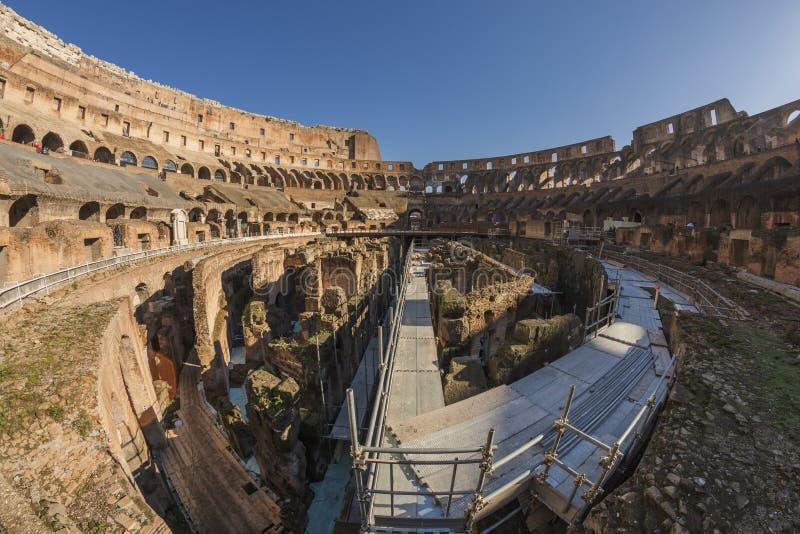 Roman Coliseum med turister arkivbilder