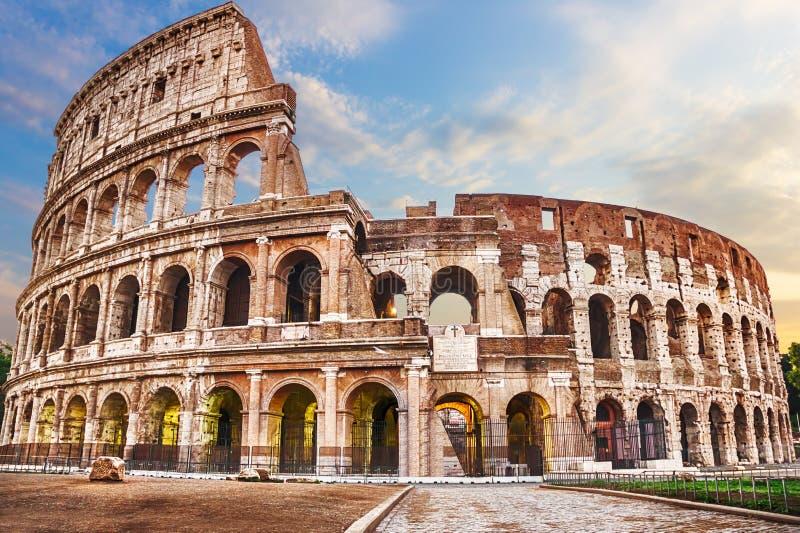 Roman Coliseum onder de wolken, de zomermening zonder mensen stock afbeeldingen