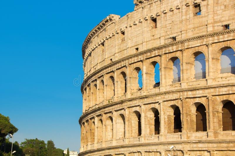 Roman Coliseum, vista di estate senza gente Colosseum o Colosseo vicino al forum Romanum a Roma L'Italia fotografia stock