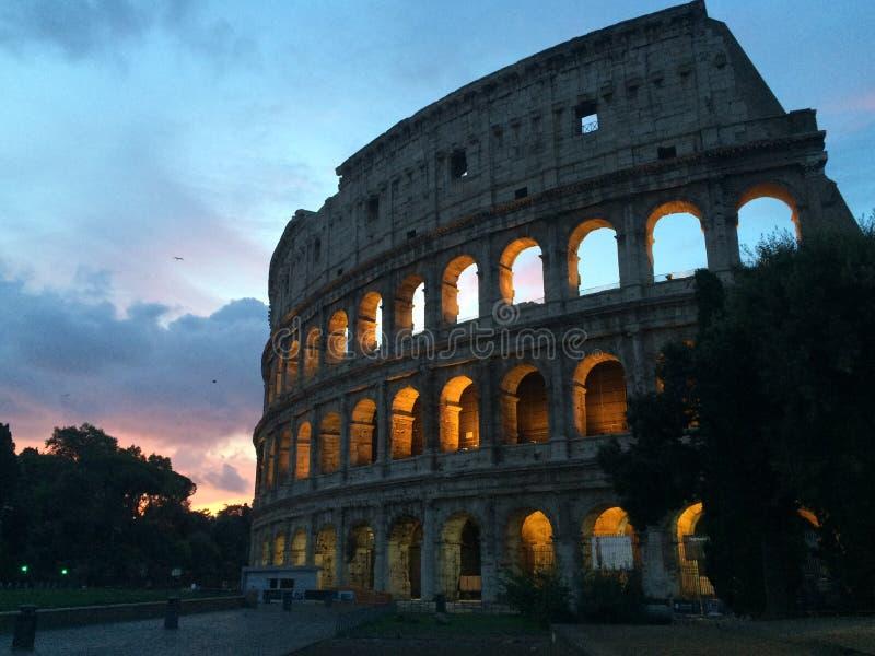 Roman Colloseum à Rome, Italie le soir images stock