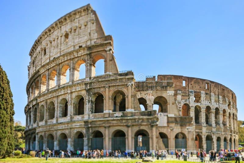 Roman Colosseum architectuuroriëntatiepunt in een fotografie van de schuine standverschuiving. Rome, Italië stock foto's