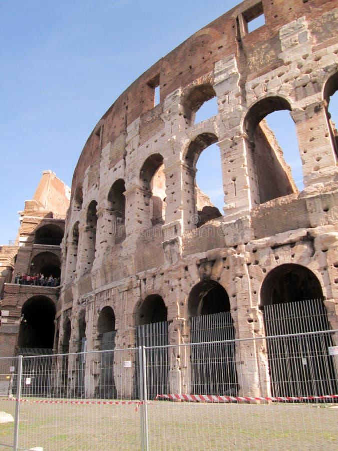 Roman Colosseum Partial sikt på en härlig solig dag Rome Italien arkivfoto