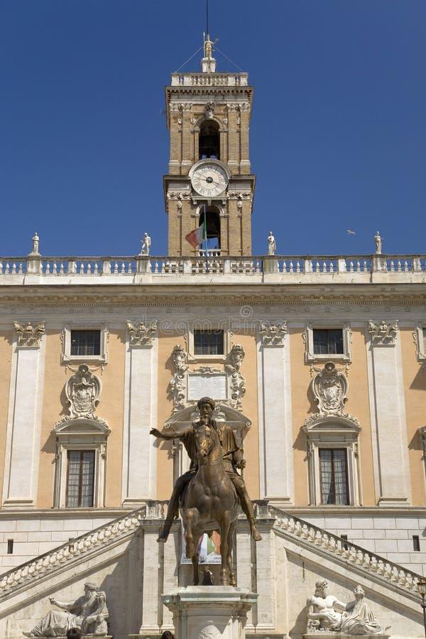 Roman Equestrian Statue imperial de Marcus Aurelius delante del palacio de Senatorio en la plaza del Campidoglio en la cima de C imagen de archivo libre de regalías