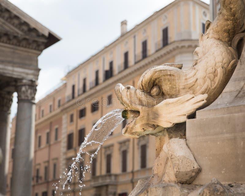 Roman Fish Head Water Fountain stock afbeelding
