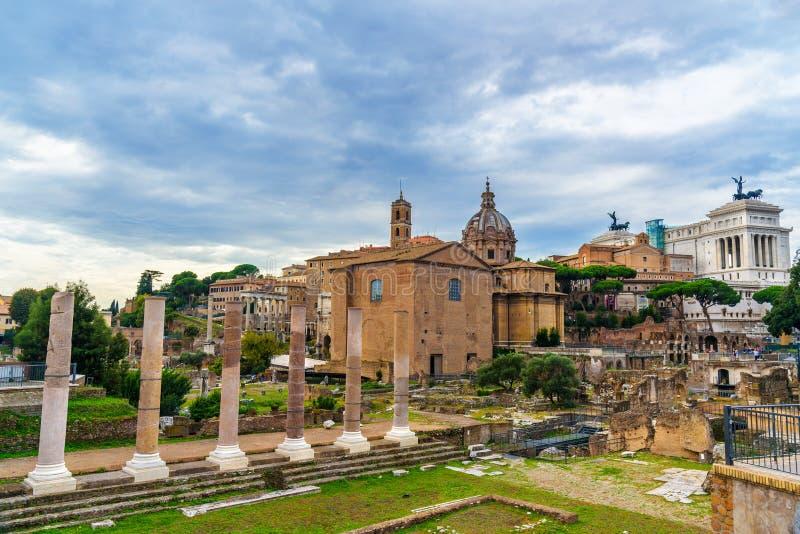 roman fora fördärvar Curia Julia, romerska kolonner och kyrka av Santi Luca e Martina rome italy arkivfoton