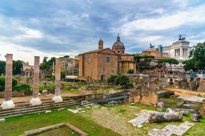 roman fora fördärvar Curia Julia, romerska kolonner och kyrka av Santi Luca e Martina rome italy arkivbilder