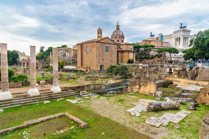 roman fora fördärvar Curia Julia, romerska kolonner och kyrka av Santi Luca e Martina rome italy royaltyfria foton