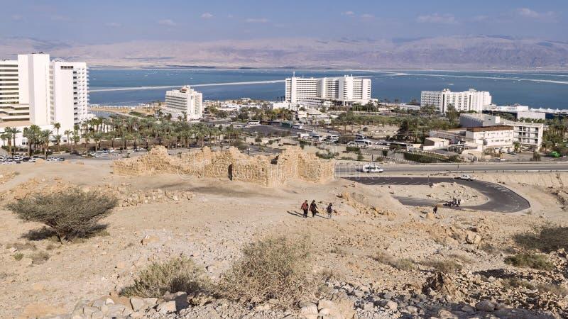 Roman Fort Watches Over antigo o Mar Morto fotos de stock royalty free