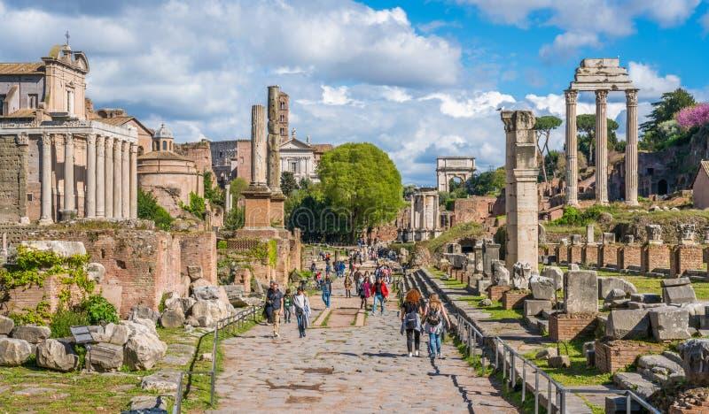 Roman Forum an einem sonnigen Tag Sch?ne alte Fenster in Rom (Italien) lizenzfreie stockbilder