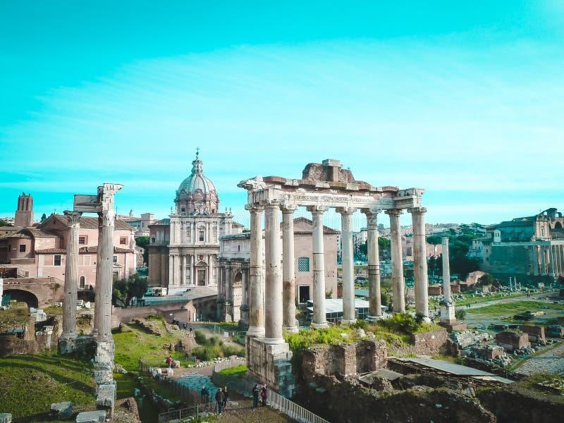 Roman Forum i mitten - kolonner av templet Saturn, följde förbi ärke- Septimius Severus arkivfoton