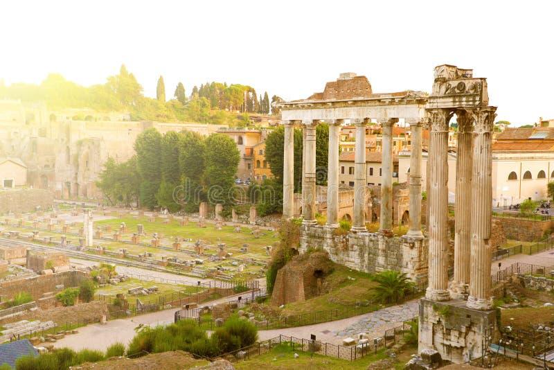 Roman Forum i Rom, Italien Antikalstrukturer med kolumner Ruins i den gamla italienska romanstaden Sunrise ovan berömd fotografering för bildbyråer