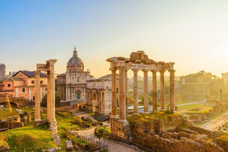 Roman Forum i Rome, Italien med forntida byggnader och gränsmärken arkivbild