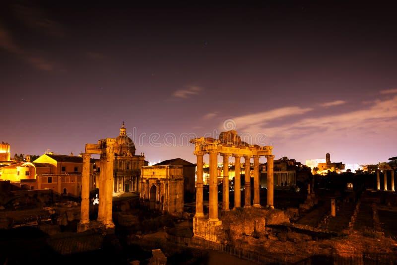Roman Forum, italienareForo Romano i Rome, Italien på natten fotografering för bildbyråer