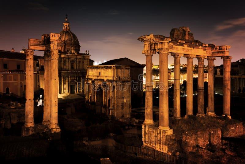 Roman Forum, italienareForo Romano i Rome, Italien på natten arkivfoto