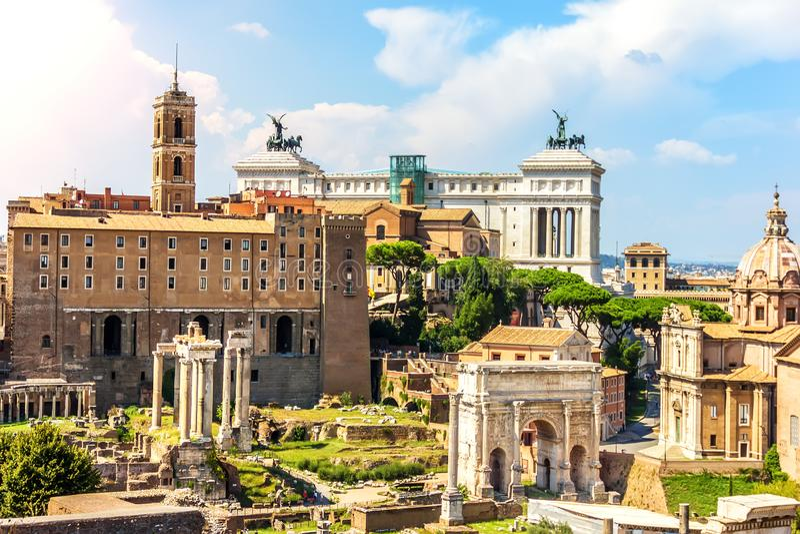 Roman Forum, mening op Tabularium, de Tempel van Bever en Pollux, de Boog van Septimius Severus, de Tempel van Saturn, Tem stock afbeelding