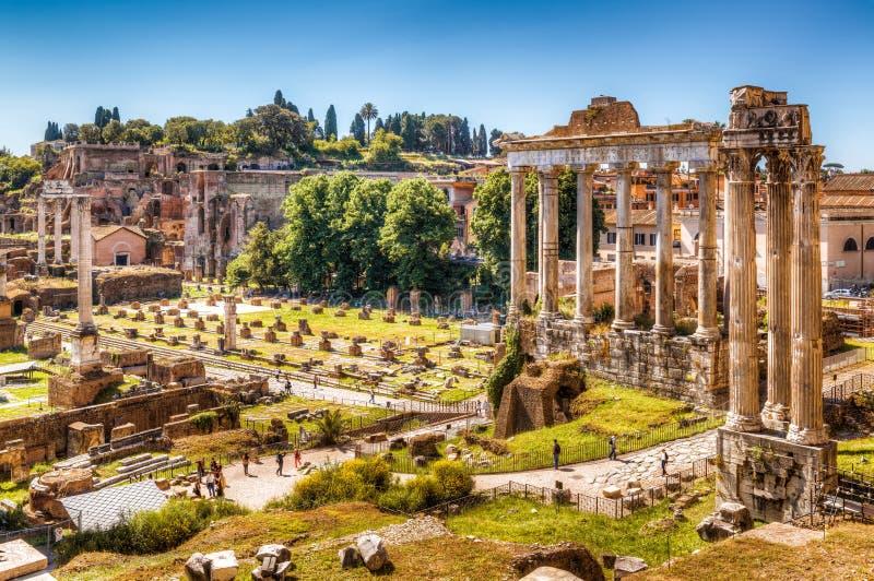 Roman Forum mit dem Tempel von Saturn stockbild