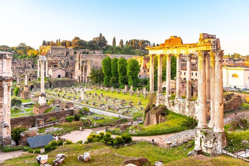 Roman Forum mit Ruinen des Tempels von Saturn auf sonnigem Sommermorgen Antike Ruinen in Rom, Italien stockfoto