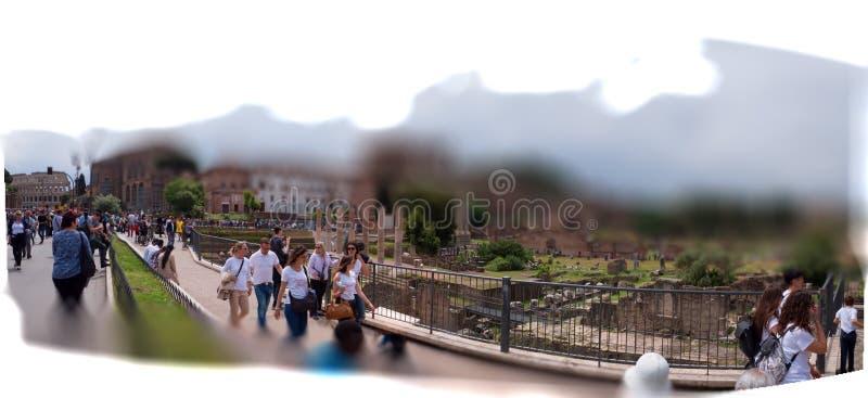 Roman Forum Roma, door toeristen enthousiast over de sensatie van het raken van plaatsen wordt bezocht die stock afbeeldingen