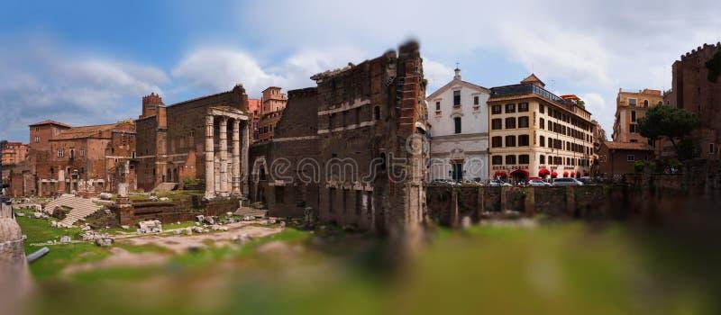 Roman Forum Roma, ha visitato dai turisti entusiasti della sensazione di contatto dei posti immagine stock libera da diritti