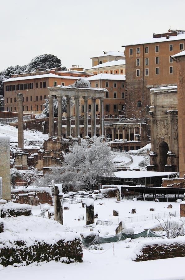 Roman Forum unter Schnee in Rom stockfotos