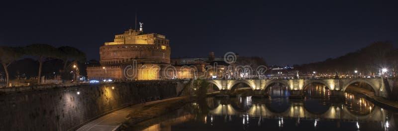 Roman Forum van Th Mooie mening van Castel Sant 'Angelo en de brug bij nacht met bezinningen over de Tiber-rivier royalty-vrije stock foto