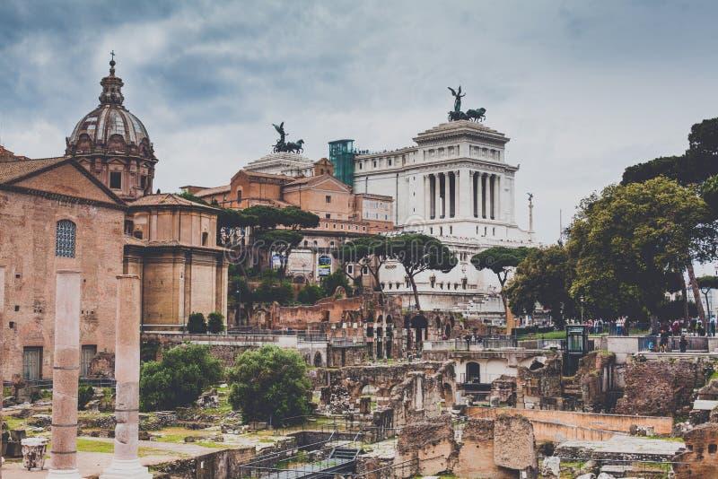 Roman Forum y el altar de la patria fotografía de archivo libre de regalías
