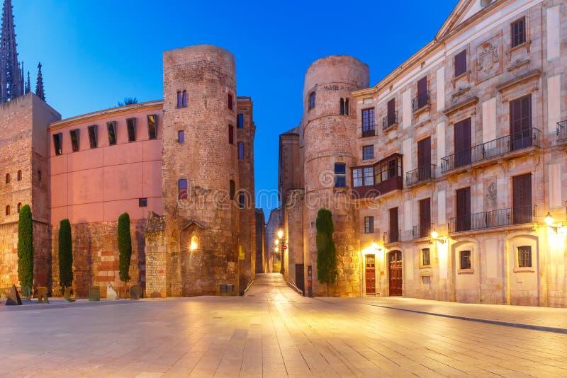 Roman Gate antiguo por mañana, Barcelona, España imagen de archivo