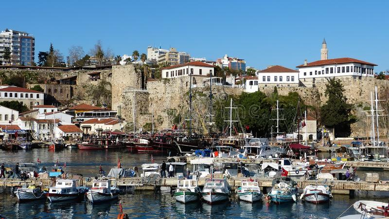 Roman haven en oude stadsmuren in het historische kwart van Kaleici van Antalya, Turkije royalty-vrije stock foto