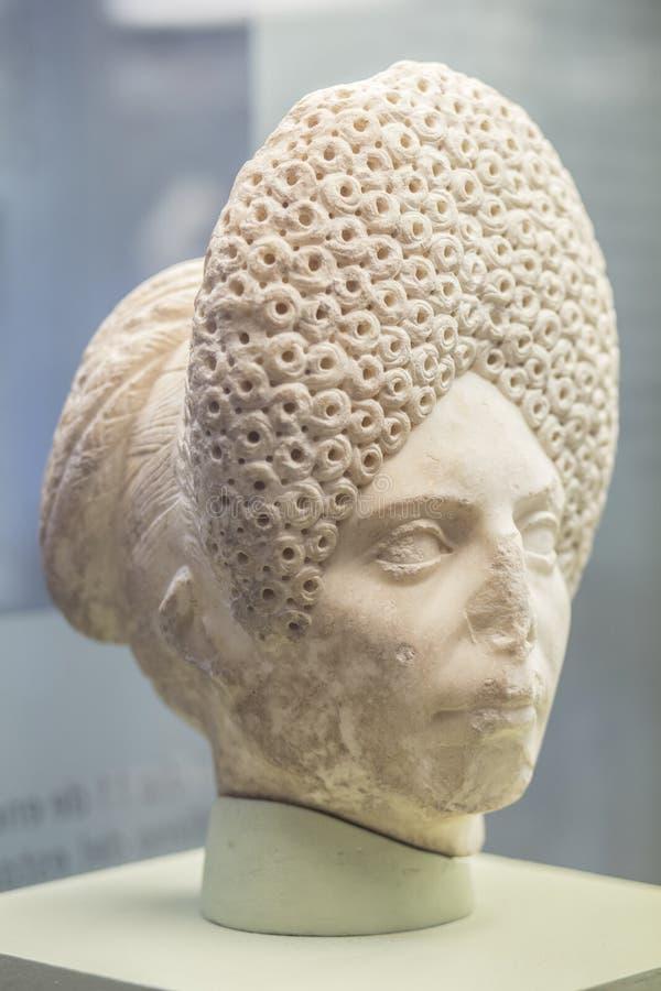 Roman Head femenino con el peinado rizado complicado imagenes de archivo