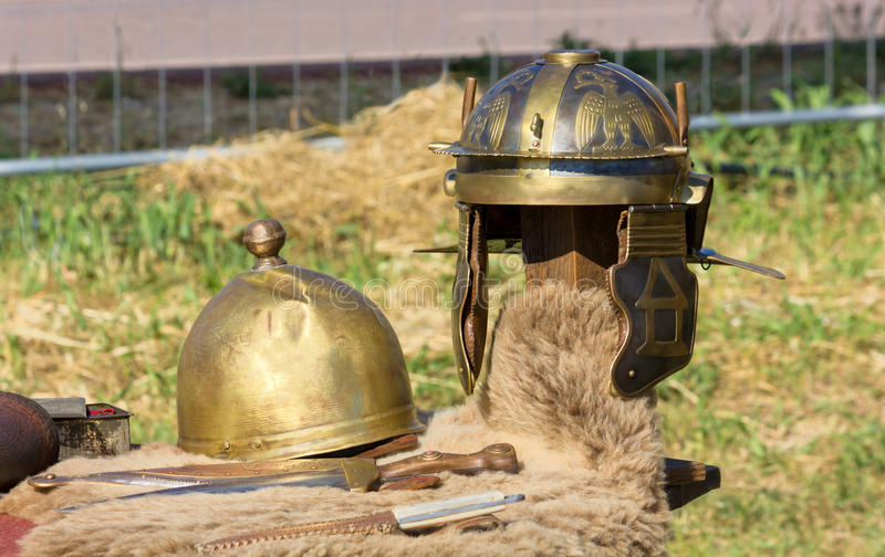 Roman Helmets et poignards antiques photos stock