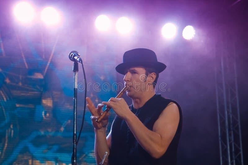 Roman Iagupov, zanger van van de popgroepzdob van Moldovian volkssi Zdub, leeft overleg in Nemyriv, de Oekraïne, 21 10 2017, reda stock foto's