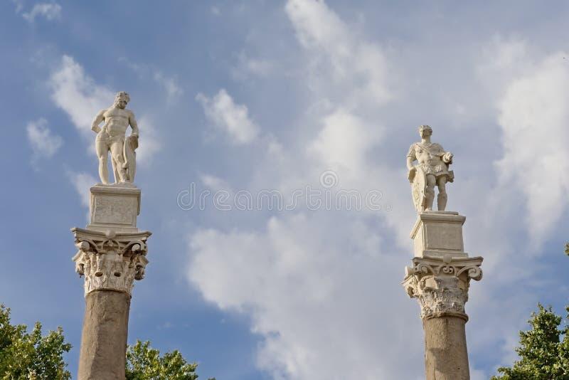 Roman kolommen met standbeelden van Hercules en Julius Caesar op Alameda DE Hercules, Sevilla royalty-vrije stock afbeeldingen