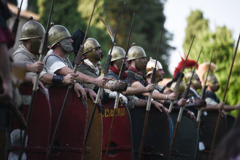 Roman legionairs die spears houden royalty-vrije stock fotografie