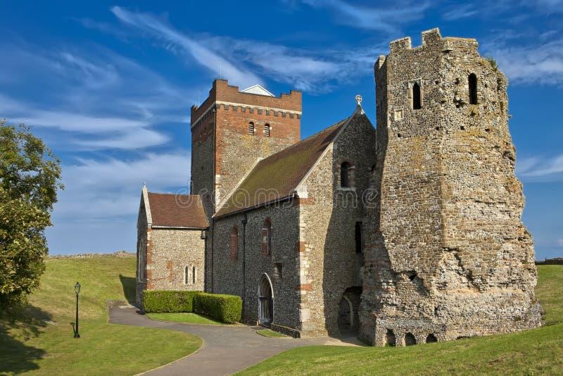 Roman Lighthouse och anglosaxaren kyrktar i Dover Castle, Kent, England, Förenade kungariket royaltyfri foto