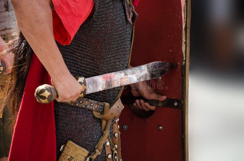 Roman militair met zwaard stock fotografie