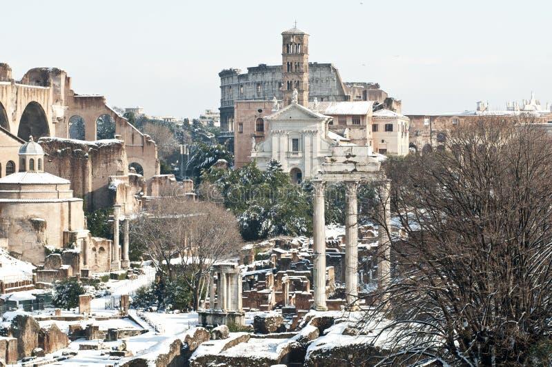 Roman monumenten die in sneeuw worden behandeld stock afbeelding