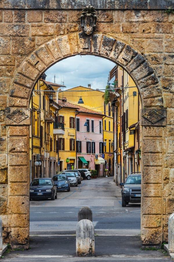 Roman muren en Roman poort bij Piazza della Repubblica in Rieti in Italië stock afbeelding