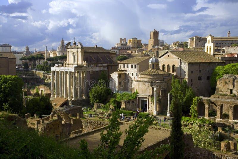 Roman oude tempel van forumrome Italië van Romulus-tempel van Antoninus en Faustina ruïneert archeologie stock foto