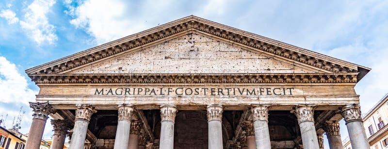 Roman Pantheon - vista dal basso anteriore dettagliata dell'entrata con le colonne ed il timpano Belle vecchie finestre a Roma (I fotografie stock