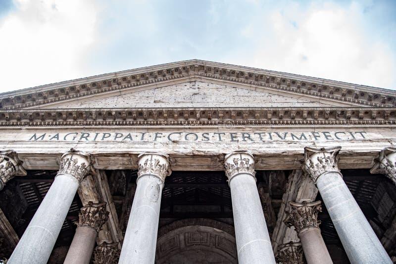 Roman Pantheon - vista dal basso anteriore dettagliata dell'entrata con le colonne ed il timpano Belle vecchie finestre a Roma (I immagine stock libera da diritti