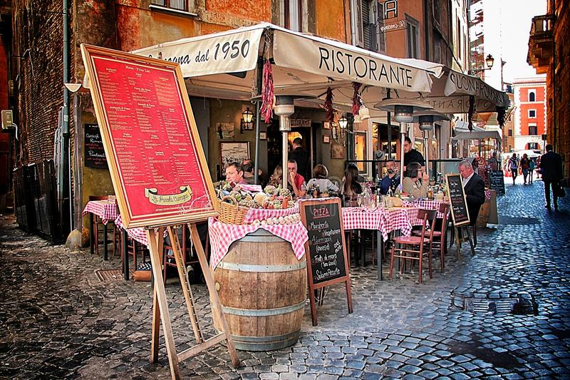 Roman Pizzeria típico no centro histórico imagem de stock royalty free