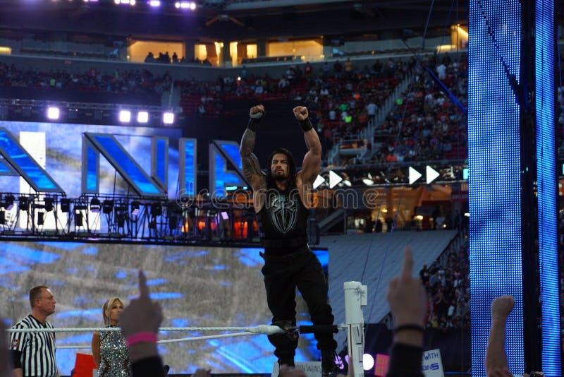 Roman Reigns-worstelaarstribunes op hoogste spanschroef met wapens in stock foto's