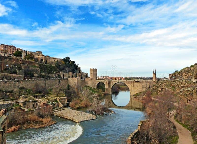 Roman Ruins antico ed il ponte di ntara del ¡ di Alcà a Toledo, Spagna fotografie stock